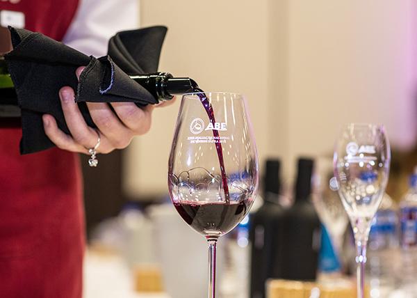 Vinho sendo servido no evento / Créditos fotos: Jeferson Soldi