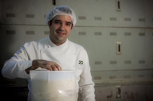Felipe Benjamin Abrahão com massa madre-crédito Emiliano Armendano.