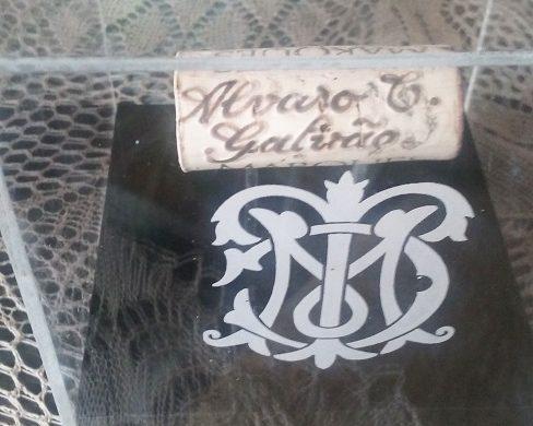 Meu nome em rolha do Marques de Casa Concha gravada com pirógrafo pelo artista por Luiz Zilio.
