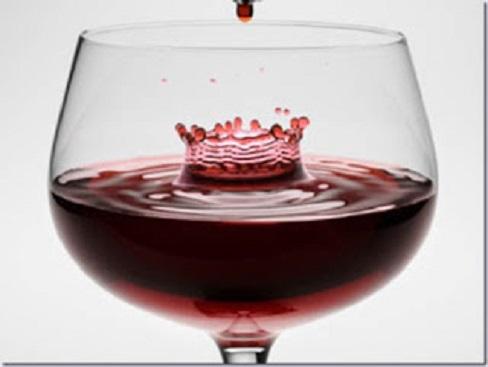 Taça com pingo de vinho em evidência
