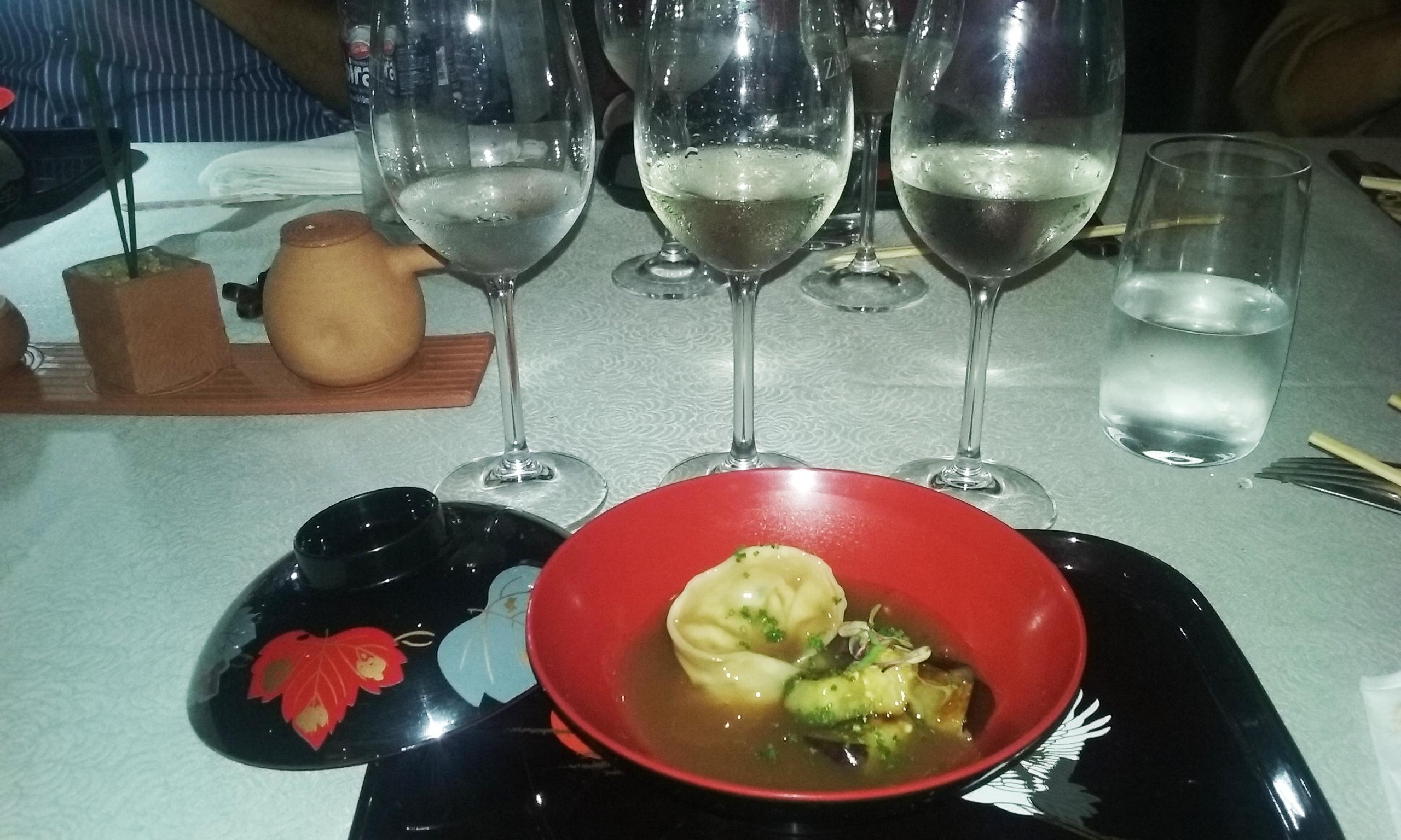Gyu Wantan-massa de guioza com carne angus-repolho-alhos poro e nira servido com caldo de peixe e legumes