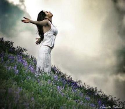 Mulher ora aos céus.
