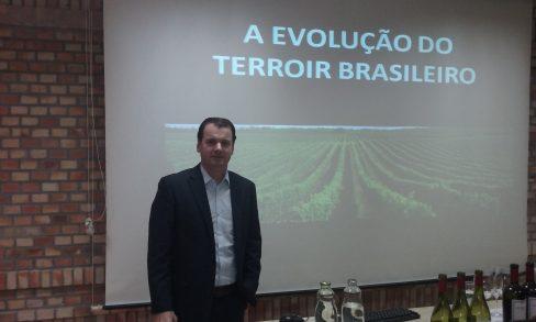 Adriano Miolo explanando sobre a Evolução do terroir brasileiro