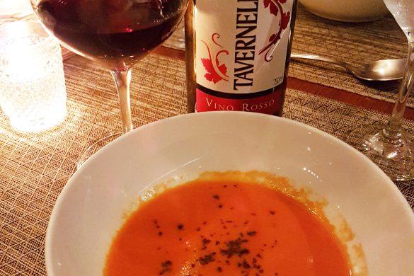 Tavernello e voluté de tomates com terra de azeitonas pretas no Au Vin