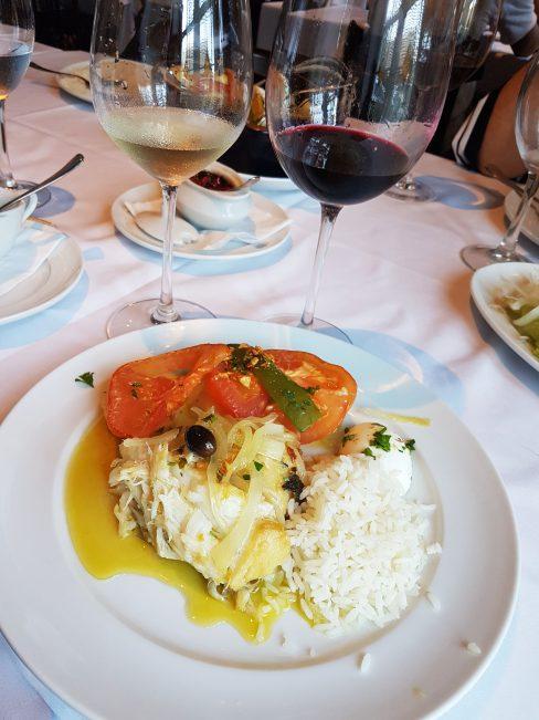 Bacalhau ao forno e arroz branco com vinhos