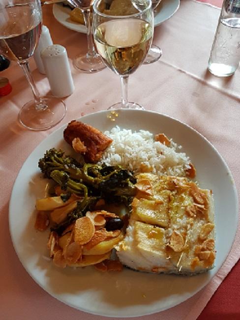 Bacalhau,arroz,azeitonas-broocolis,alheiras e vinho branco.
